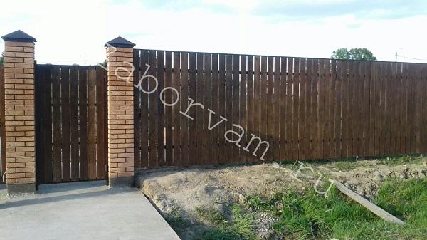 кирпичных с воротами на фото столбах откатными заборы
